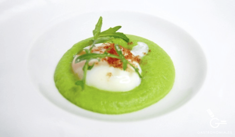 Huevo con espuma de guisantes y albahaca