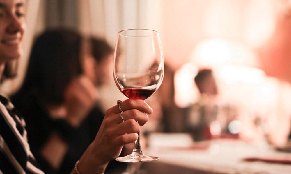 Aprende lo que un sommelier hace y sus funciones en restaurantes